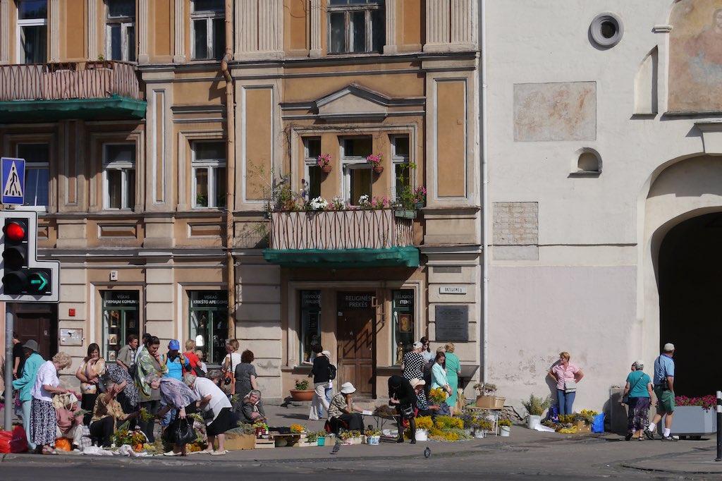 Blumenverkäuferinnen am Tor der Morgenröte in Vilnius