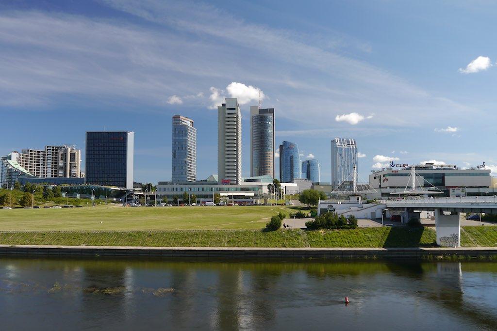 Skyline von Vilnius am Neris Ufer