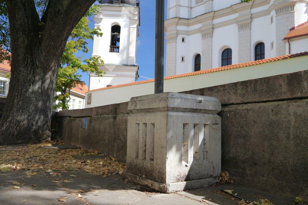 Ein Mülleimer in Vilnius dekoriert mit klassischem Dreistab.