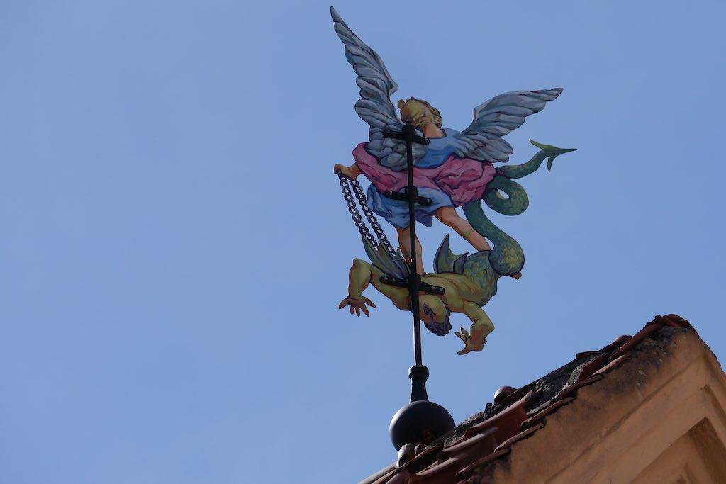 Wetterfahne in Vilnius mit Engel und Teufel