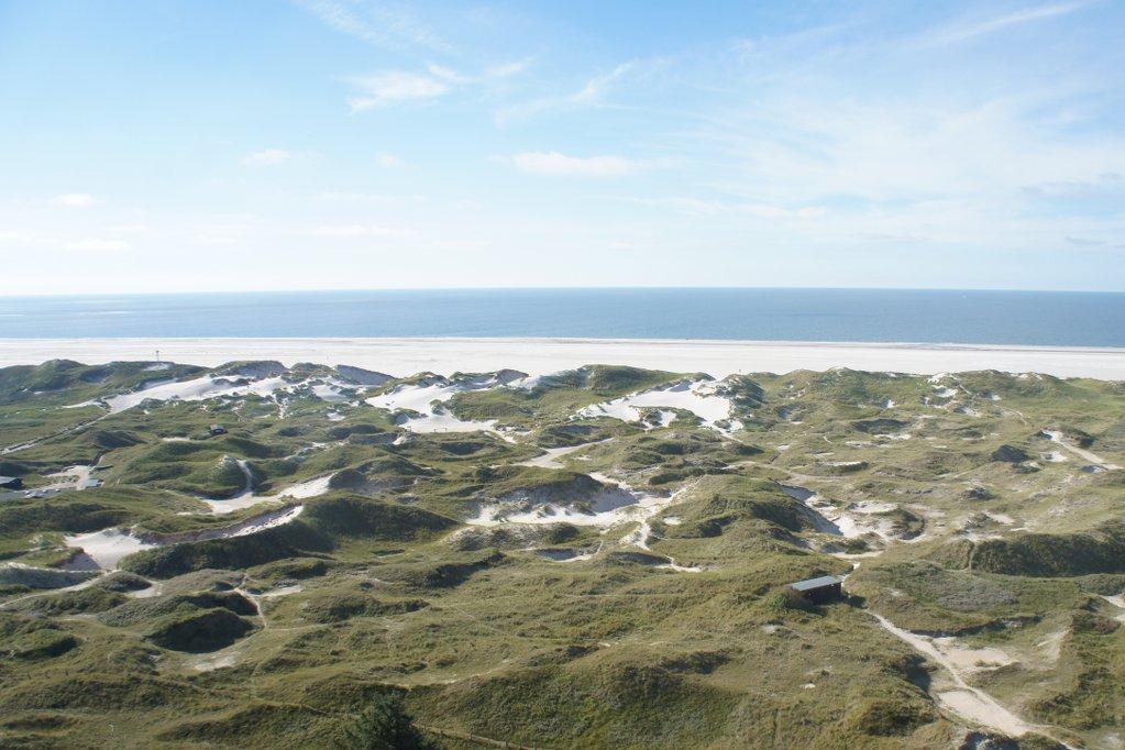 Primärdünen, Weißdünen, Graudünen, Wanderdünen? Mir grad egal, in jedem Fall voll schöne Dünen. Hier der Blick auf den Kniepsand aus knapp 40m Höhe, vom Leuchtturm Amrum aus.