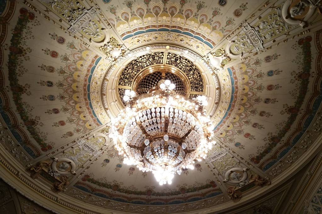 Ausgemalte Decke mit Kronleuchter im Theater von Pilsen.
