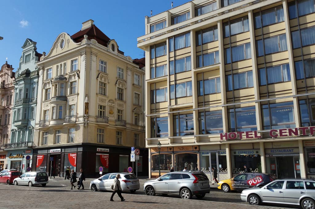 Neu- und Altbauten auf dem Marktplatz von Pilsen.
