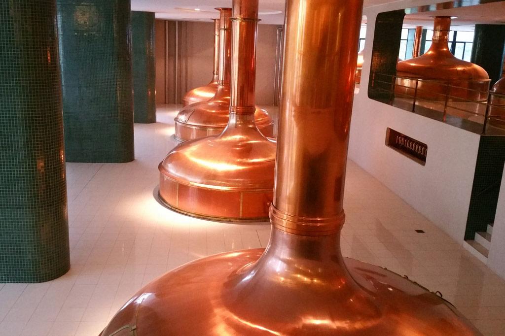 Kupferne Sudpfannen in einer Brauerei.