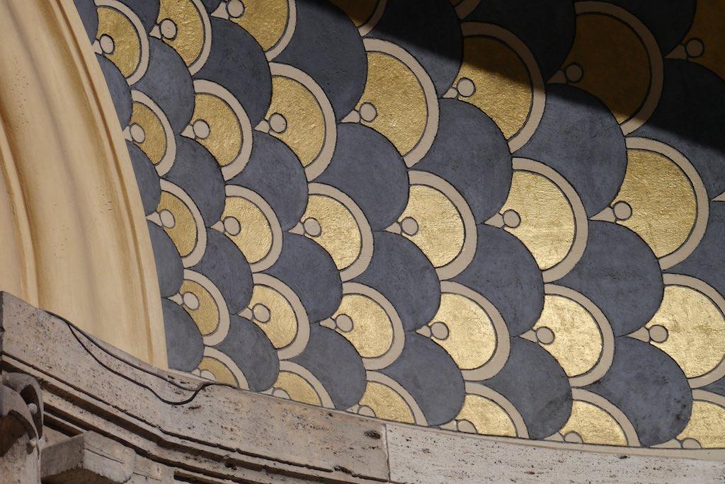 Gemaltes Dekor an einem Gebäude im Quartiere Coppede.