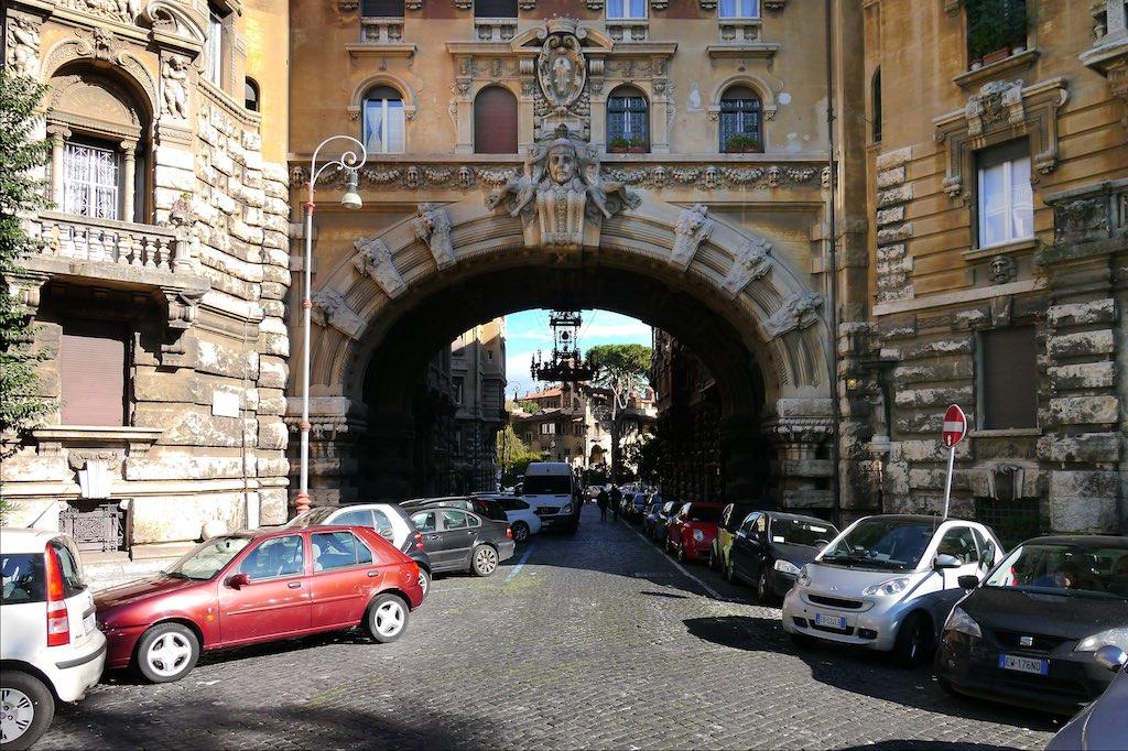 Eingangsbogen in das Quartiere Coppedè
