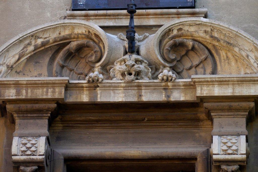 Fensterrahmen mit Löwenkopf. Fassaden Detail im Quartiere Coppedè