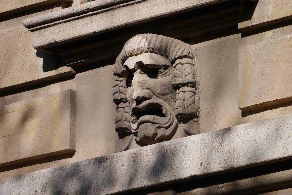 Griechische Theater Maske an einem Gesims. Fassaden Detail Quartiere Coppedè