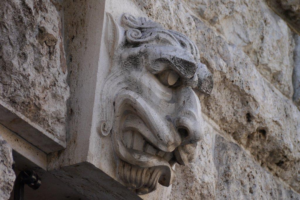 Löwenkopf mit gefletschen Zähnen. Fassaden Detail Quartiere Coppedè