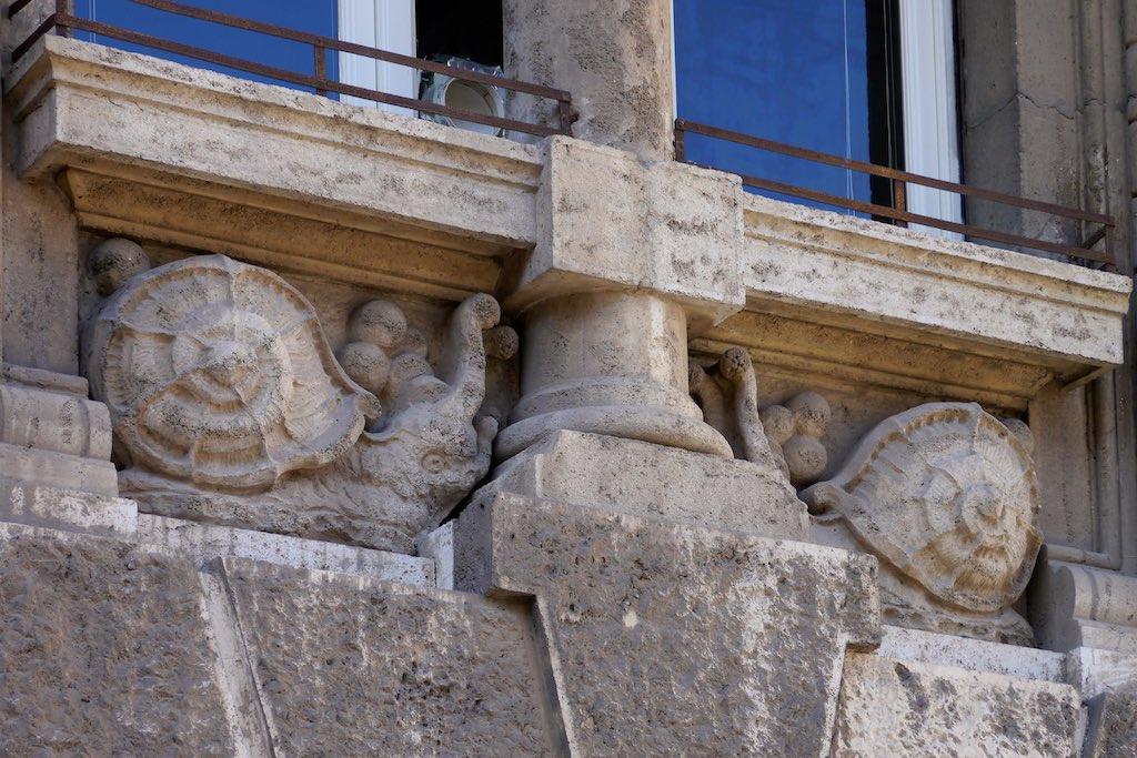 Schnecken unterhalb einer Fensterbank. Fassaden Detail im Quartiere Coppedè
