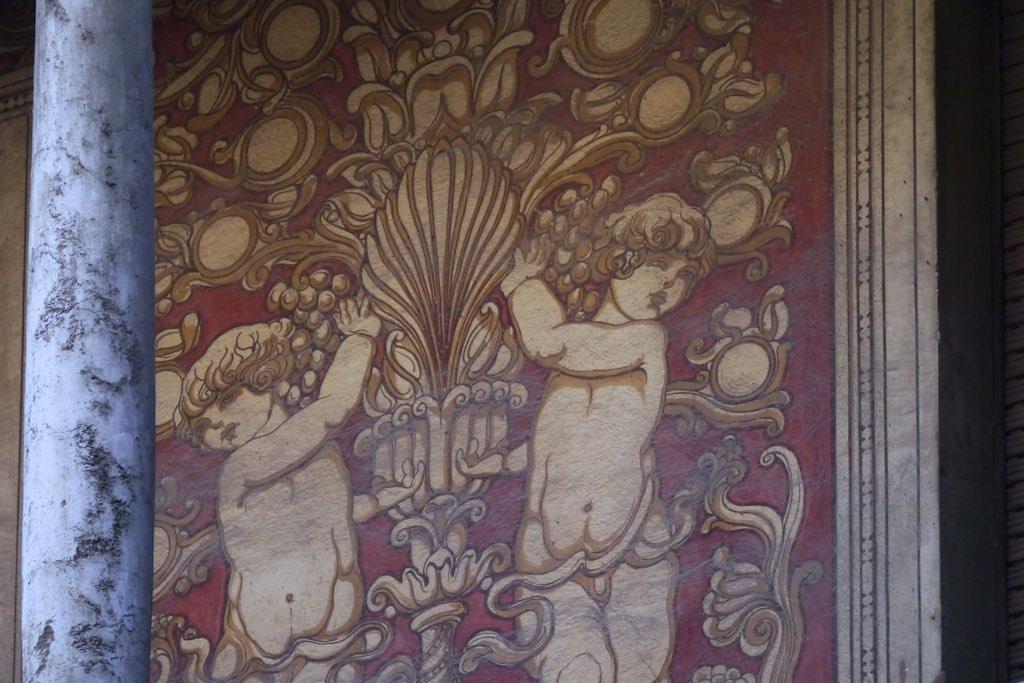 Noch einmal dicke Putten. Dieses Mal halten sie Ranken. Fassaden Malerei im Quartiere Coppedè