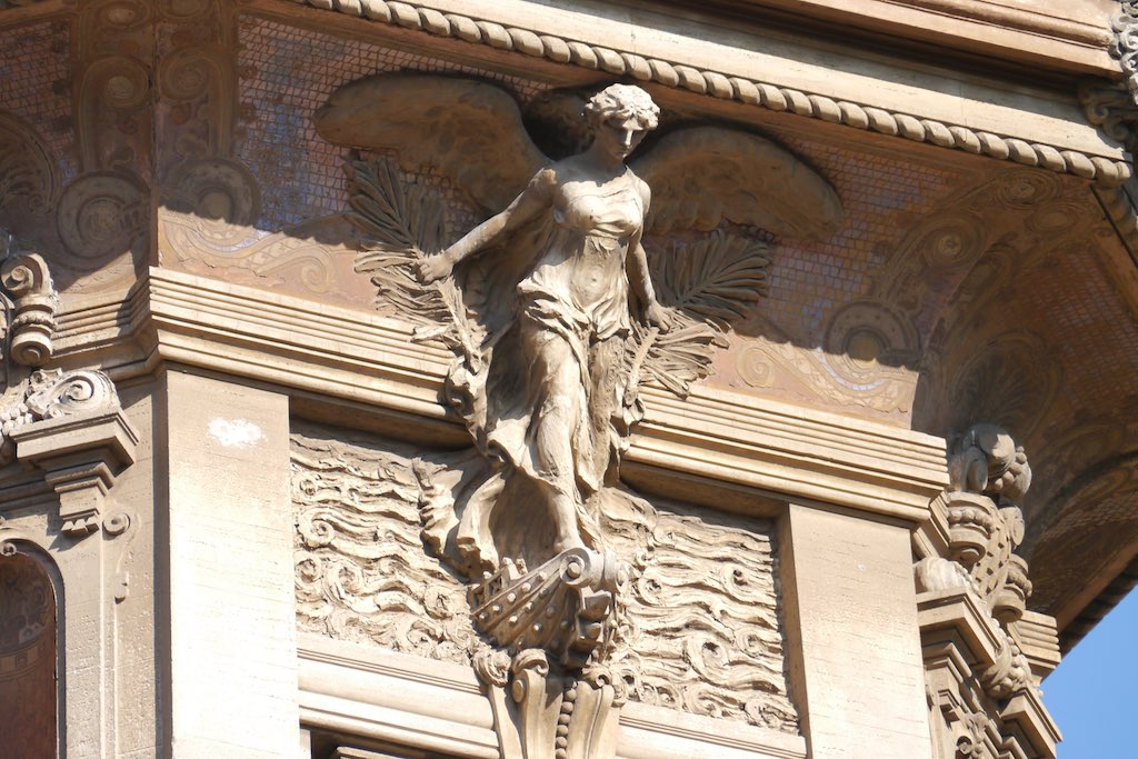 Fassaden Detail am Eingang ins Quartiere Coppedè