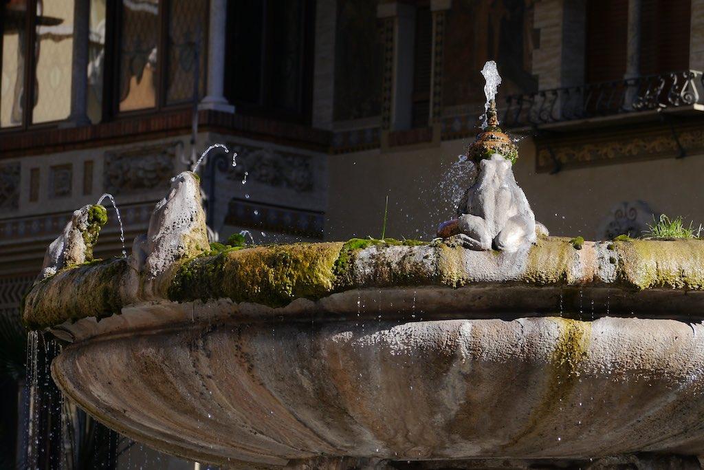 Detailansicht des Froschbrunnes im Quartiere Coppedè