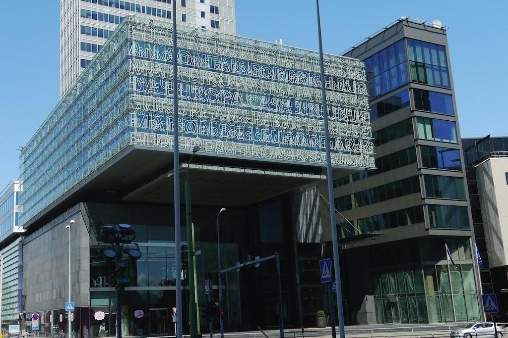Glasfassade eines modernen Geschäftshauses in Tallinn