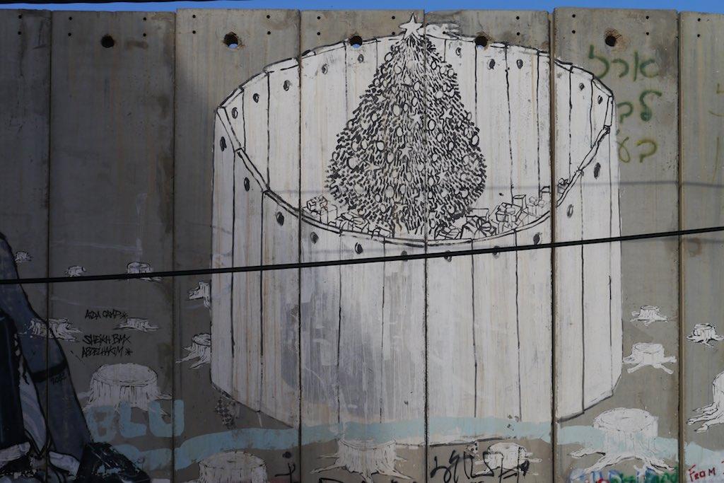 Graffiti mit einem Weihnachtsbaum von der Mauer in Bethlehem.