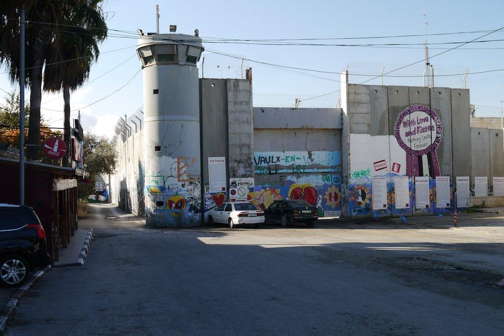 Die israelische Speeranlage zwischen dem Westjordanland und Israel mit Wachturm.