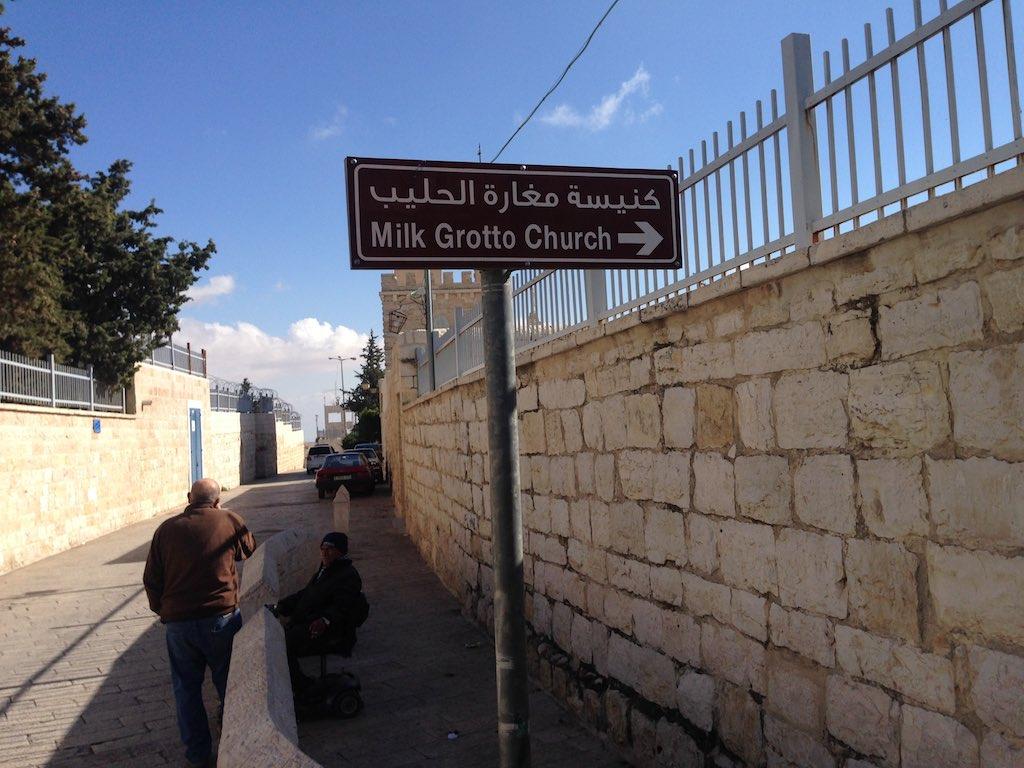 Blick in die Milch Grotten Straße in Bethlehem mit Hinweisschild auf die Milk Grotto Church.