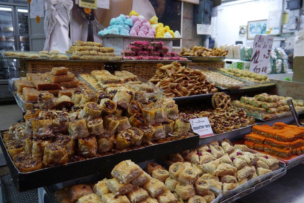 Stand mit Baklava auf dem Mahane Yehuda Markt in Jerusalem.