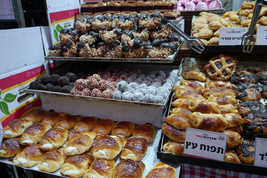 Backwaren auf einem Stand im Mahane Yehuda Markt in Jerusalem.