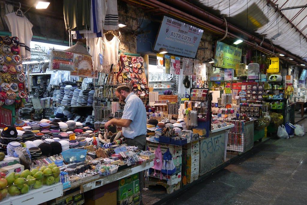 Ein Kippa Verkäufer auf dem Mahane Yehuda Markt in Jerusalem.