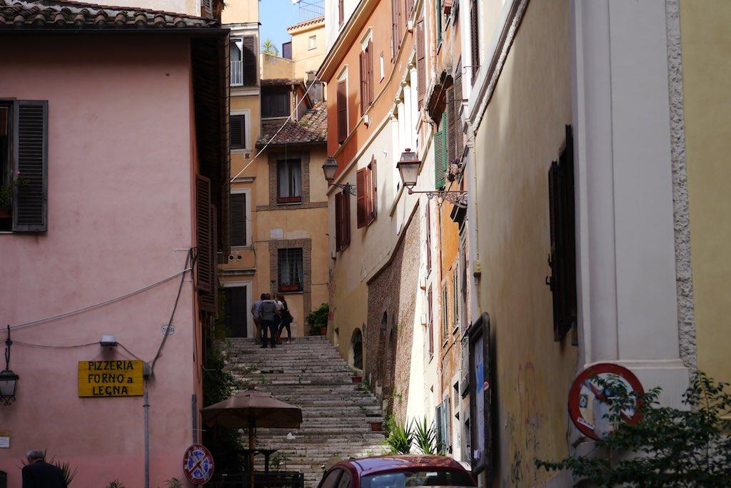 Eine Treppe im Monti Viertel in Rom. Links und rechts kleine Häuser