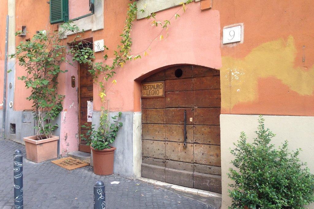 Hausfassade im Monti Viertel bemalt mit unterschiedlichen Farben