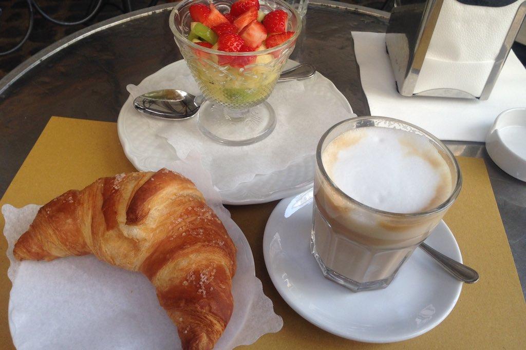 Italienisches Frühstück in der Bottega dek Caffè im Monti Viertel. Ein Cornetto, Cappuccino und Obstsalat