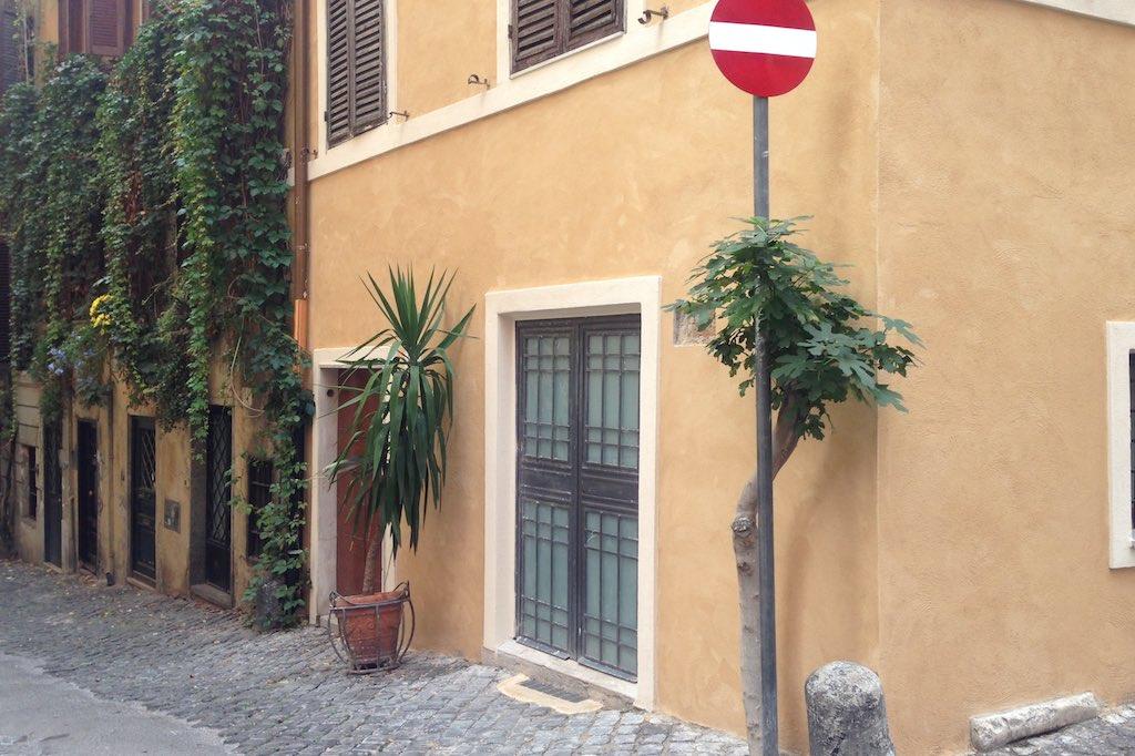 Eine Hausecke im Monti Viertel in Rom