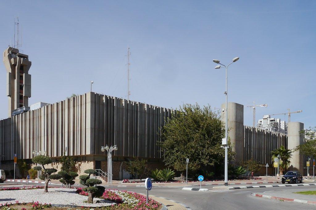 Das Rathaus von Beer Sheva ist ein großer rechteckiger Brutalismus Kasten mit einer Art Beton-Gardinen Fassade. Zwei ovale Türme bewehren den Eingang. Im Hintergrund der große Funkmast von Beer Sheva