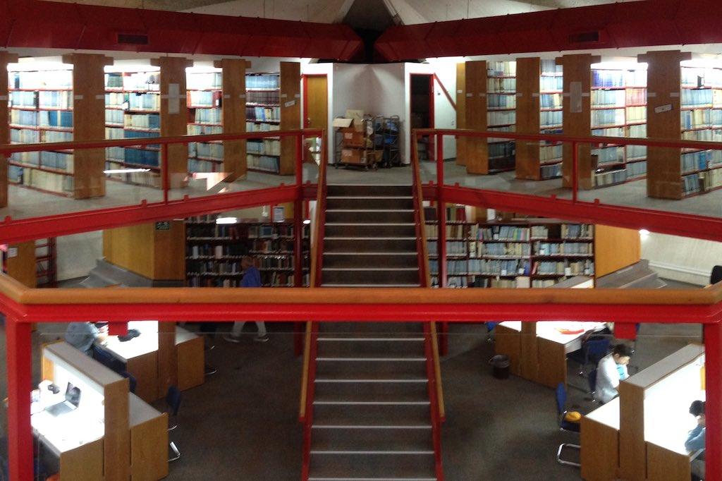 Blick von der Empore der medizinischen Bibliothek in den Lesesaal hinein.