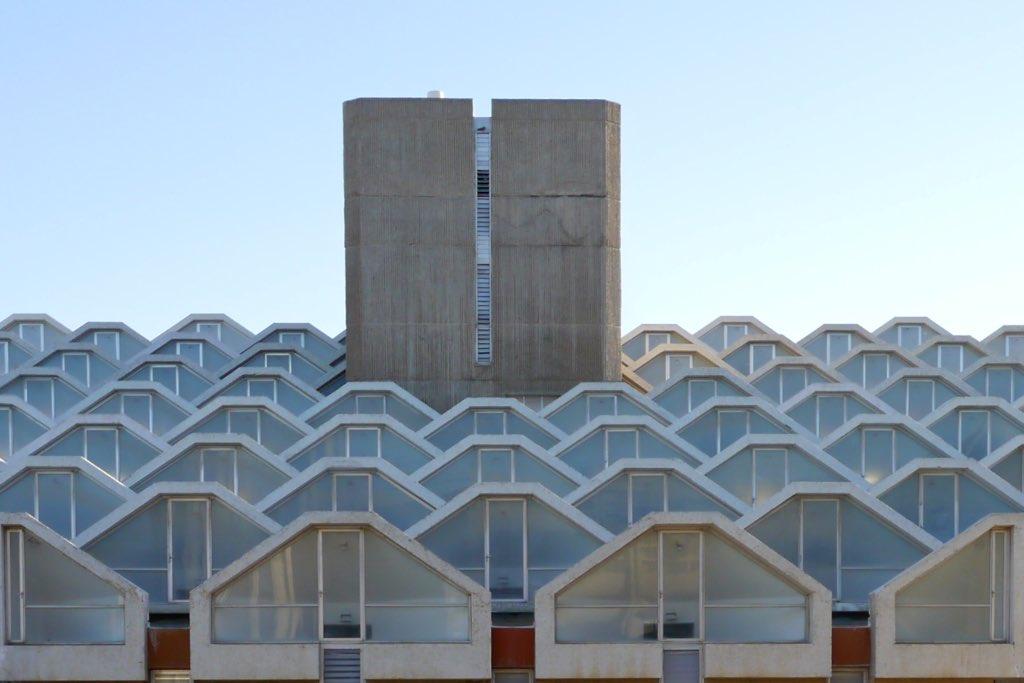 Detail des Dachs der Universitätsbibliothek in Beer Sheva. Bei diesem Brutalismus Gebäude sind die Fenster in kleinen Dreiecken mit gekappter Spitze in Reih und Glied hinetereindander gestellt.
