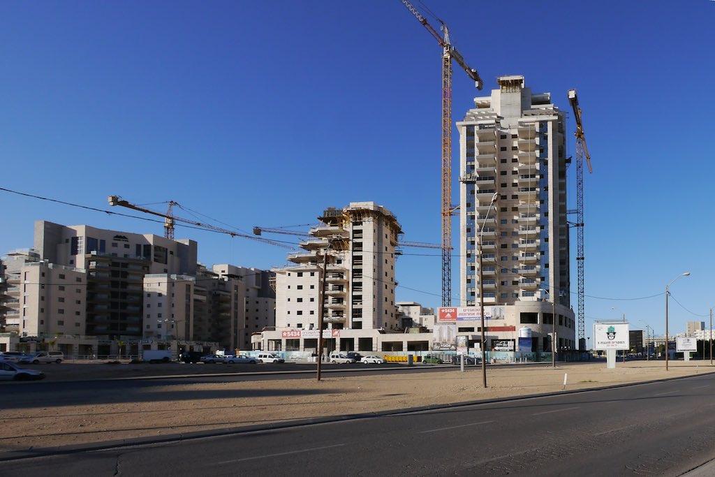 Baustelle für neue Hochhäuser im Zentrum von Beer Sheva. Blauer Himmel und vier Kräne