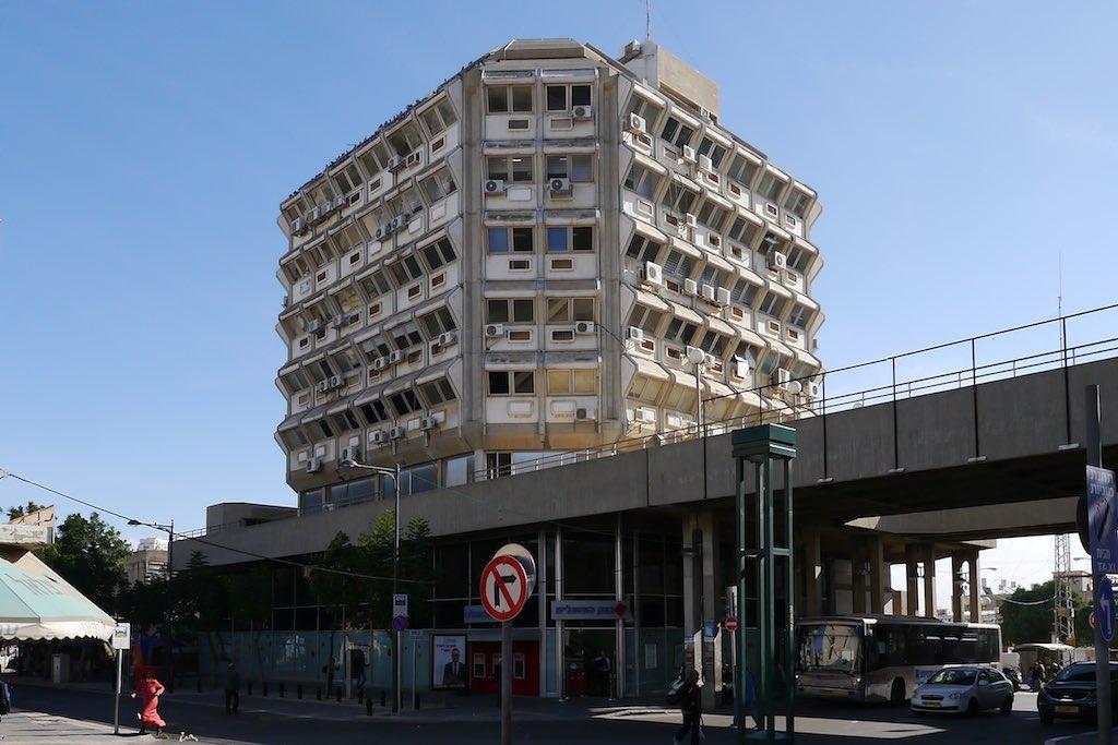 Büro-Gebäude in Beer Sheva. Die Fassade ist wabenartig aufgebaut.