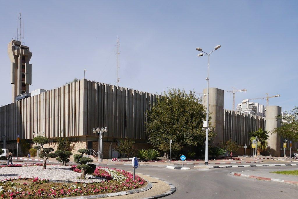 Rathaus von Beer Sheva. Im Hintergund der Rathausturm. Die Fassade aus Beton Gardinen