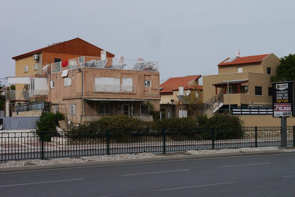 KLeine Einfamilienhäuser mit Satteldächern aus roten Ziegeln.