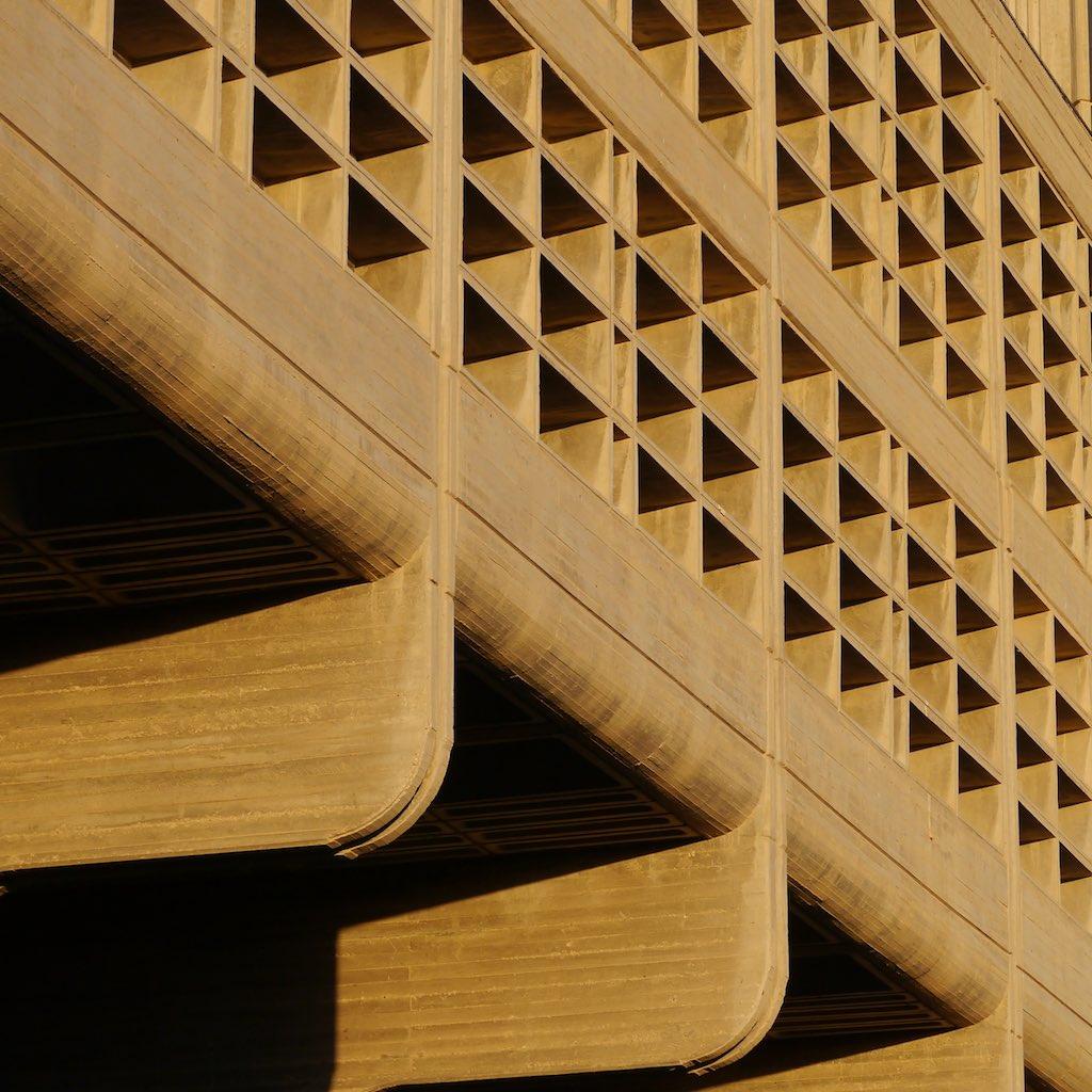 Detail der Sichtbeton Fassade des Humanities Building der Ben Gurion Universität in Beer Sheva