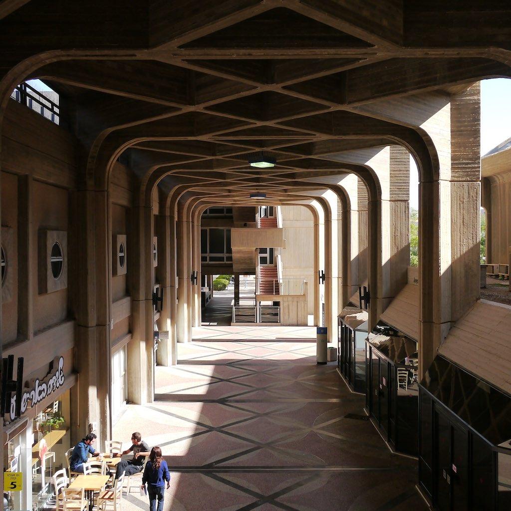Wandelhalle des Geisteswissenschaftlichen Gebäudes der Ben Gurion Universität in Beer Sheva.