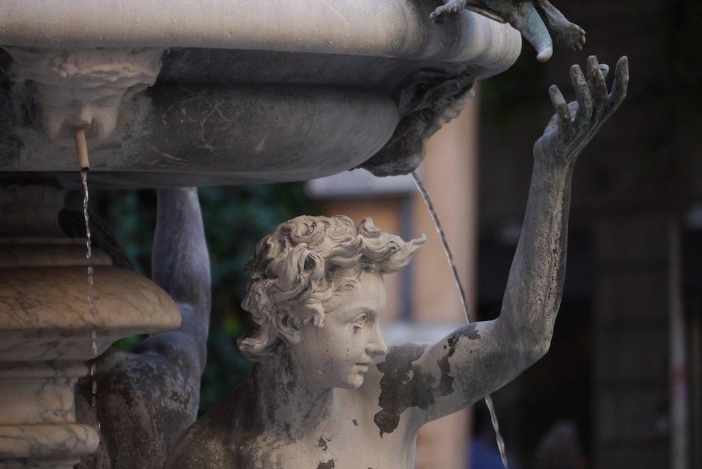Detail des Schildkröten-Brunnens in Rom, Profil einer Bronzefigur.