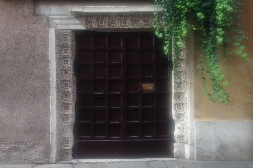 Türrahmen aus antiken Fragmenten im Ghetto von Rom.