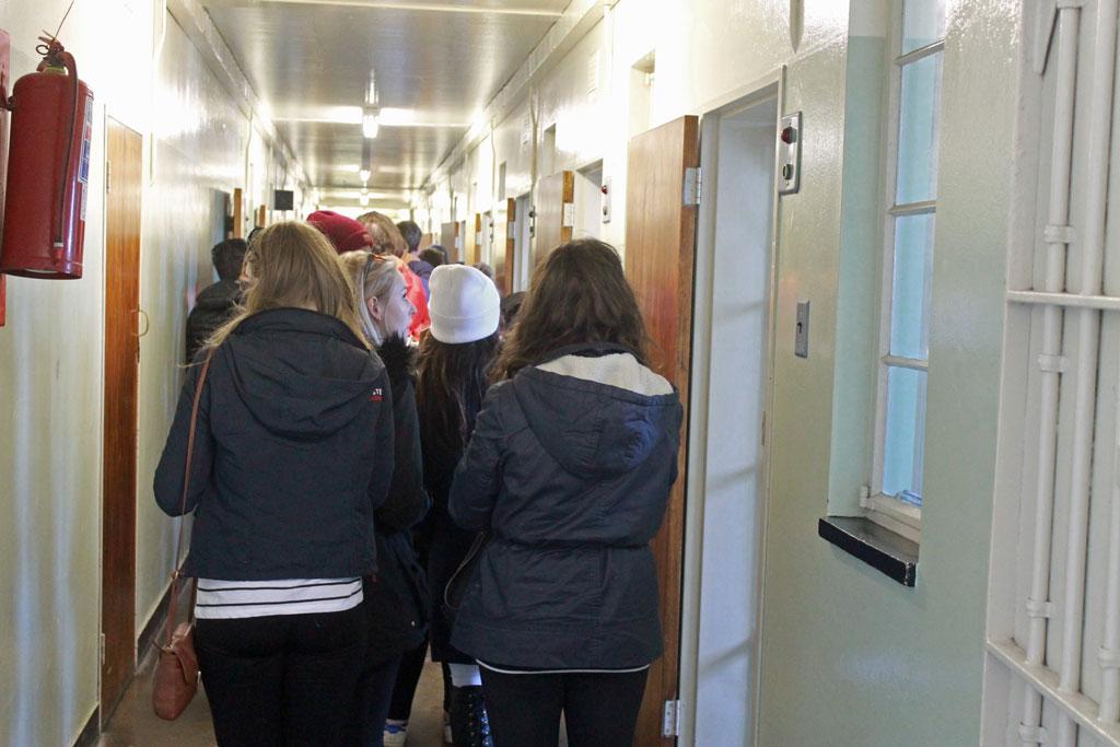 Robben-Island,-Gefaengnisgang-mit-Besuchern