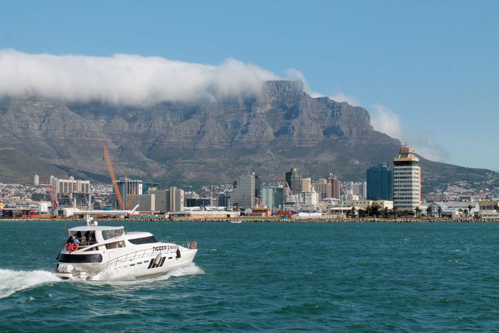 Kapstadt-Panorama-mit-Motorjacht