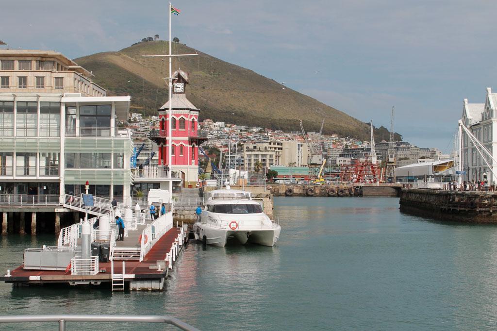 Kapstadt,-Clock-Tower-vom-Wasser-aus