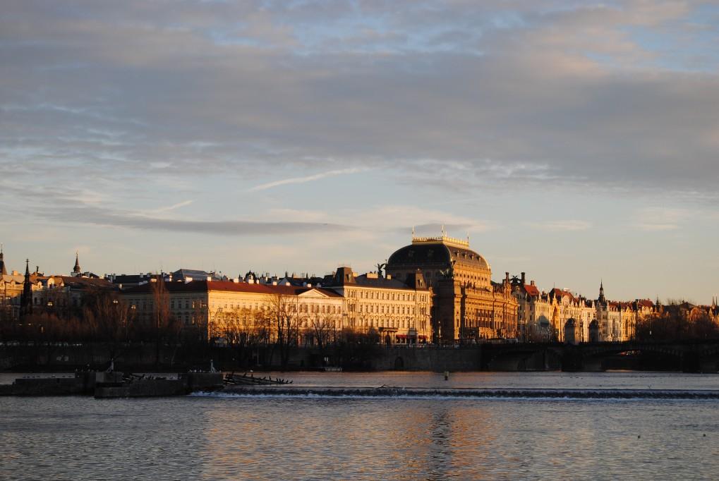 Prag-Blick-auf-Moldau-und-Nationaltheater
