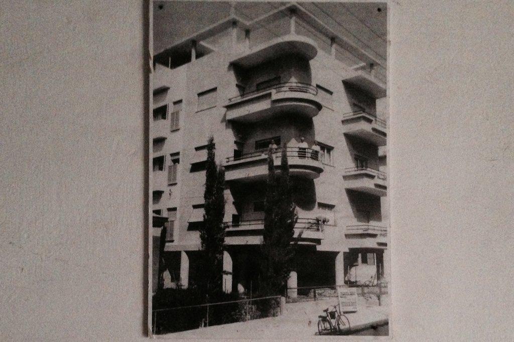 Schwarzweiß-Fotografie eines Bauhaus Gebäudes.