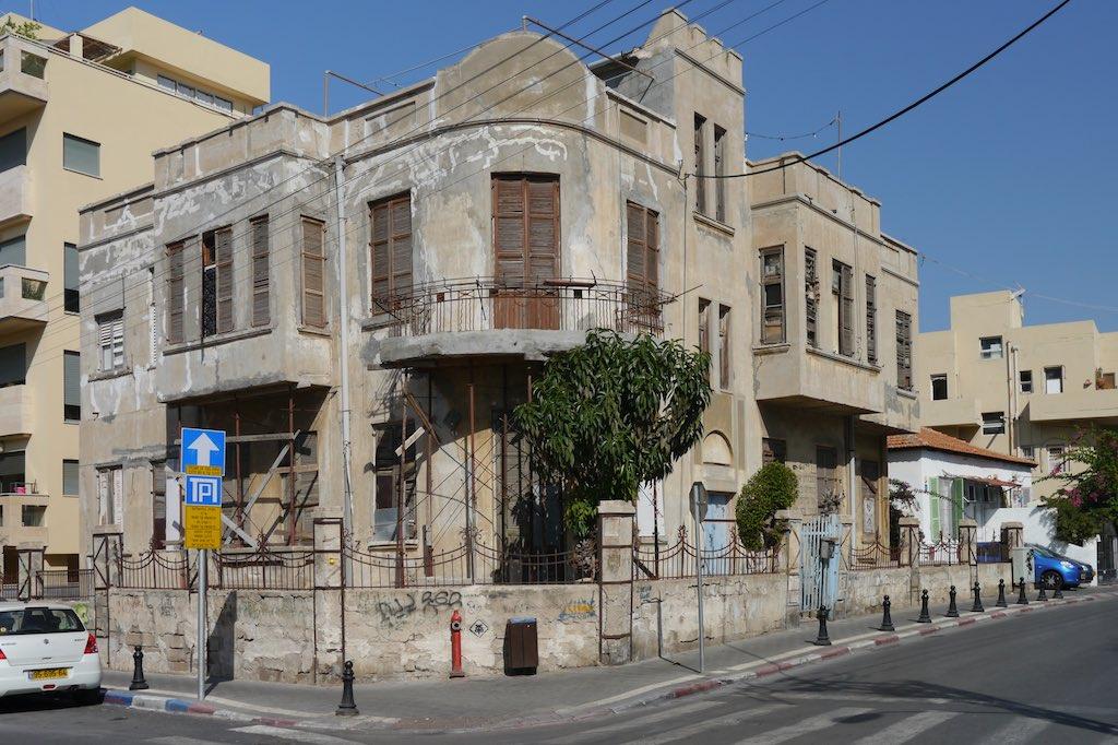 Ein Eckhaus in Tel Aviv mit Erkern und Rundungen.