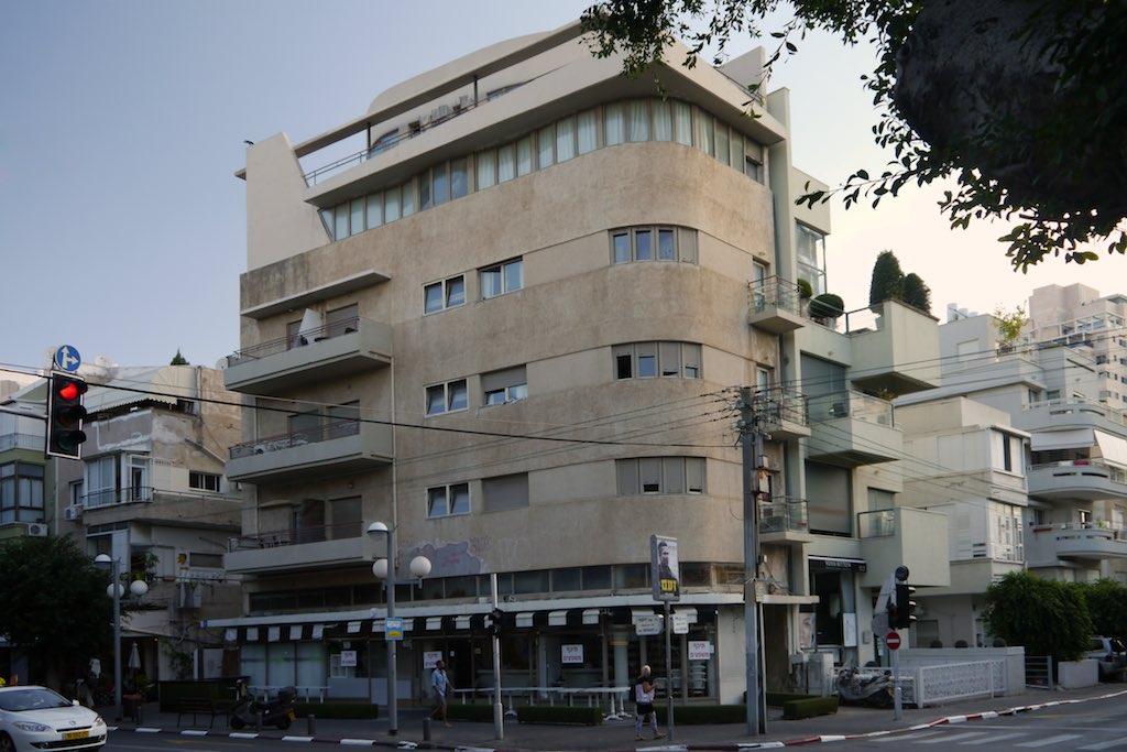 Renoviertes Bauhaus-Gebäude in Tel Aviv: ein Eckhaus an der Dizengoff Street