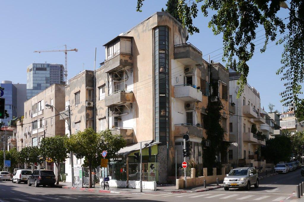 Eckhaus im Bauhaus-Stil. Die Ecke wird durch ein senkrecht verlaufendes Fensterband besonders betont.
