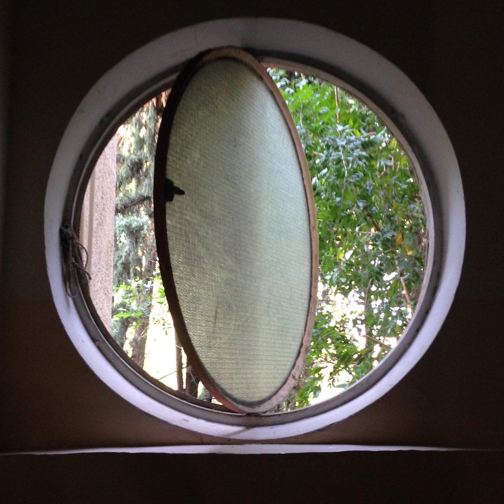 Bullaugenfenster in einem Haus in der Weißen Stadt.