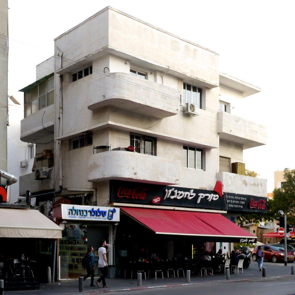 Gebäude im Bauhaus Stil inm Stadtzentrum von Tel Aviv.