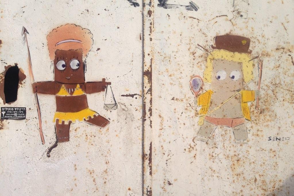 Zwei kleine gesprühte Figuren auf einer rostigen Tür in Florentin, Tel Aviv.
